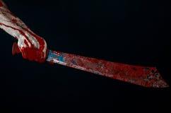 砍刀的照片_有大砍刀蛇神邪魔疯子刀子的血淋淋的手 库存照片