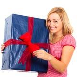 有大礼品的新美丽的愉快的妇女 免版税库存图片