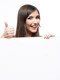 有大空白的委员会的微笑的女商人 免版税库存图片