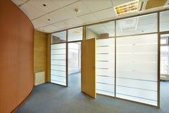 有大窗口和透明墙壁的空的办公室 免版税库存图片