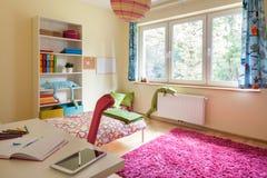 有大窗口的儿童居室 免版税图库摄影