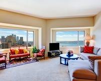 有大窗口的明亮的客厅 免版税库存图片