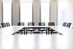 有大窗口的现代会议室,在大厦之外,城市, 免版税库存照片