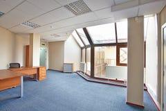 有大窗口的空的办公室 免版税库存图片