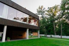有大窗口的美丽的乡间别墅 图库摄影