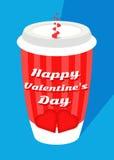 有大红色心脏和条纹/蓝色背景的华伦泰` s天红色咖啡杯 免版税库存照片