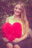 有大红色心脏的被迷恋的妇女 免版税库存照片