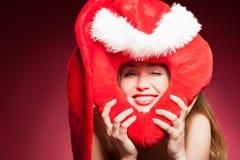 有大红色心脏的年轻美丽的妇女 库存图片