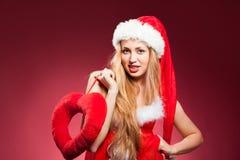 有大红色心脏的年轻美丽的妇女 免版税图库摄影