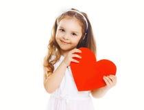 有大红色纸心脏的微笑的愉快的小女孩 免版税图库摄影
