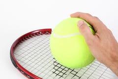 有大网球的手 免版税库存照片