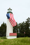 有大美国国旗的灯塔 库存图片