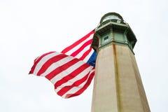 有大美国国旗的灯塔 库存照片