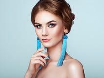 有大耳环缨子的美丽的妇女 图库摄影