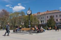 有大背后照明的街道三方时钟 捷尔诺波尔 乌克兰 库存图片