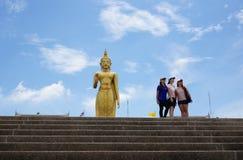 有大菩萨雕象的站立的菩萨寺庙 免版税库存照片