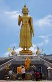 有大菩萨雕象的站立的菩萨寺庙 库存照片