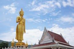 有大菩萨雕象的站立的菩萨寺庙 免版税图库摄影