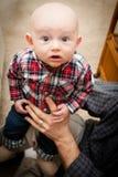 有大蓝眼睛的可爱的秃头男婴 免版税库存照片