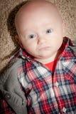 有大蓝眼睛的圆的面孔男婴 免版税库存图片