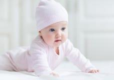 有大蓝眼睛的女婴在白色毯子 免版税库存照片