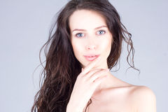 有大蓝眼睛的美丽的少妇和卷发微笑和感人的嘴唇 美丽的表面妇女 库存图片