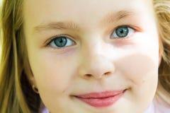 有大蓝眼睛的逗人喜爱的女孩 免版税图库摄影