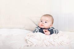 有大蓝眼睛的逗人喜爱的男婴 免版税库存图片