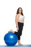 有大蓝色球健身的厚实的妇女 库存图片