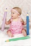 有大蜡笔的可爱的矮小的女婴 免版税库存照片