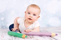 有大蜡笔的逗人喜爱的婴孩 免版税图库摄影