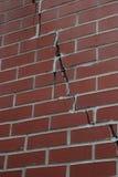 有大裂缝的红砖墙壁 免版税库存图片