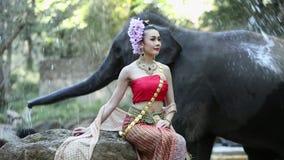 有大象的亚裔妇女在小河,清迈泰国 股票录像