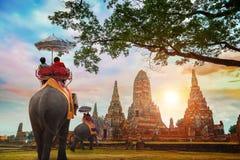 有大象的游人在Wat Chaiwatthanaram寺庙在Ayuthaya历史公园,泰国 库存图片