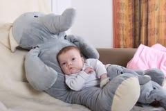 有大象的婴孩 免版税图库摄影