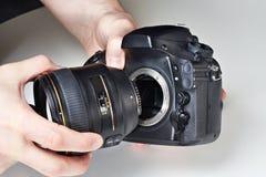 有大透镜和数字式SLR照相机的摄影师 库存图片