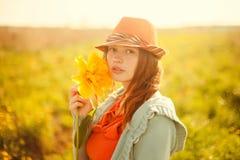 有大郁金香花的年轻可爱的浪漫女孩 库存照片