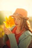 有大郁金香花的年轻可爱的浪漫女孩 库存图片