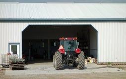 有大重的轮胎的一台拖拉机 库存照片