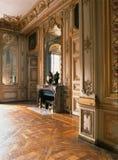 有大镜子、木地板和壁炉的在凡尔赛宫,法国室 免版税库存照片