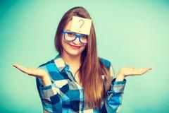 有大镜片和电灯泡的想法的妇女 免版税图库摄影