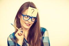 有大镜片和电灯泡的想法的妇女 免版税库存照片