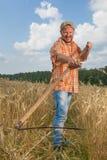 有大镰刀的现代农夫 库存照片