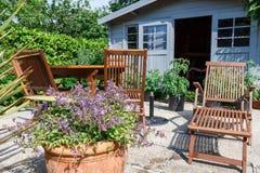 有大阳台和庭院家具的棚子 免版税库存图片