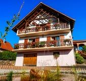 有大阳台的美丽的宾馆在阿尔萨斯,法国 高山styl 免版税图库摄影