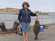 有大鱼的女性 免版税库存图片