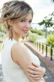 有大嘴唇的美丽的性感的逗人喜爱的女孩和有露出的肩膀的红色唇膏与雏菊花束在日落的在晴朗温暖 图库摄影