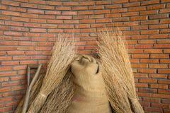 有大麻大袋和干米的砖墙 免版税库存照片