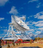 有大直径的巨大的无线电天线 库存图片