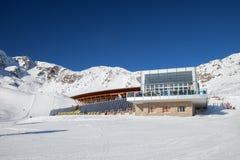 有大晴朗的游廊的餐馆在Serfaus滑雪区域 图库摄影